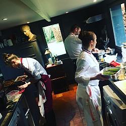 les chefs en cuisine à l'Atelier Pic